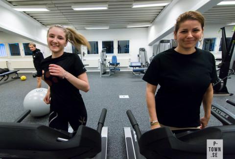 När Vendela Andersson (t.v.) spelar tennis kommer mor Ulrika Andersson (t.h.) träna i gymmet.