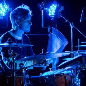 Guido Roos på trummor.