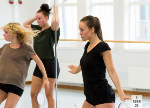 Julia Wallström låter sig uppslukas av dansens magi.