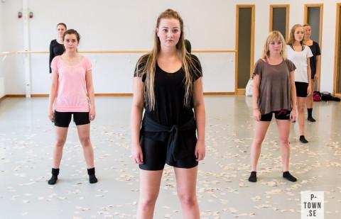Sofia Poromaa t.v., Stina Lindberg i mitten och  Felicia Larsson t.h. fokuserar hårt under repetitionen.