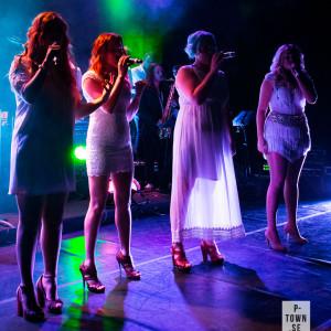 Fyra färgstarka vokalister. Från vänster: Alicia Carlestam, Jenny Lindgren,  Gina Eriksson och Matilda Rylander.
