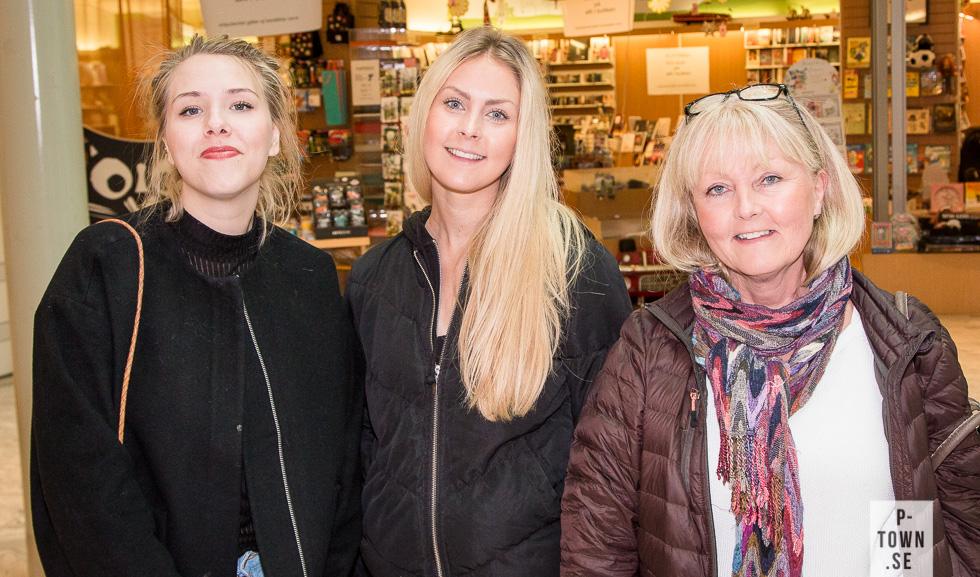 Skribent Elsa Alexandra Andersson t.v. är på tillfälligt besök i Piteå och svängde såklart förbi Välkommen hem-helgen på Gallerian.