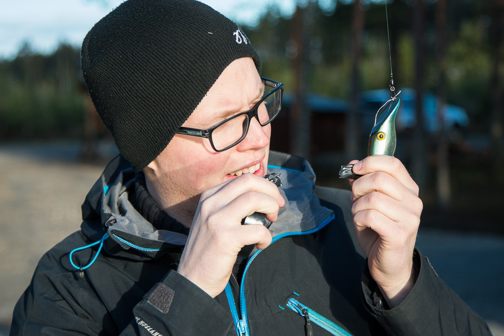 Anders Westergren fixar med ett fiskedrag till en scen.