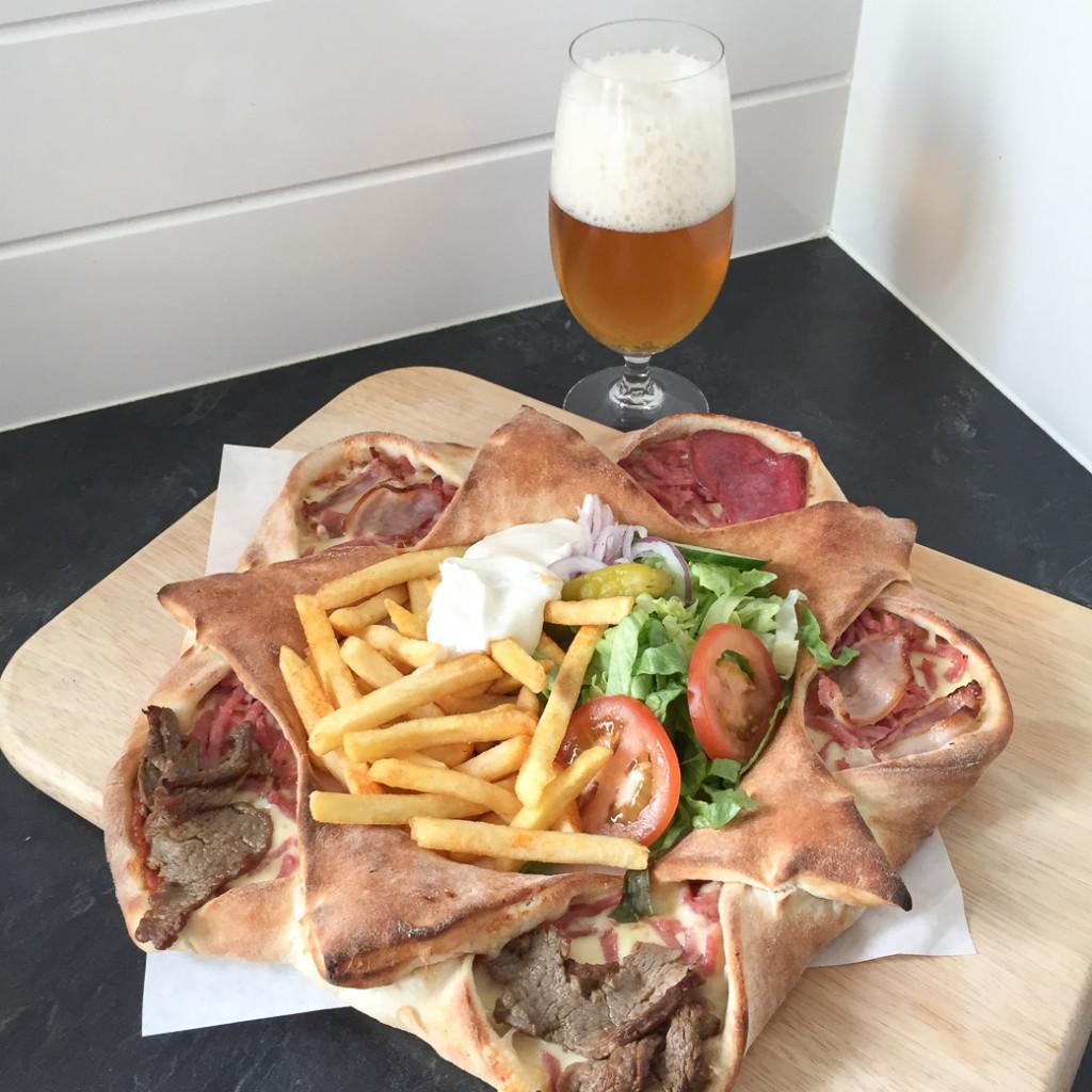 Vulkanpizza och öl. Hela kostcirkeln med andra ord.
