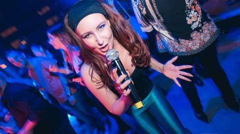 Musikalartisten Hanna Isaksson och Vaja leverarar ABBA showbuzz sista torsdagen i juli.