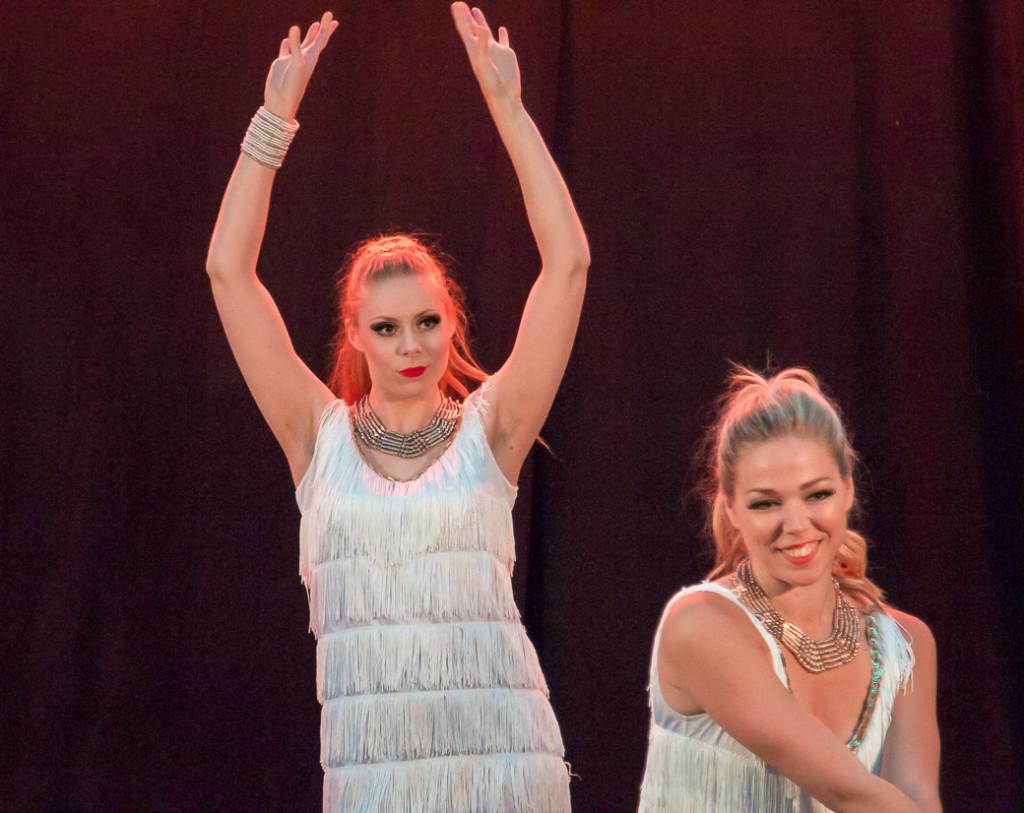 Lena Sahlen till vänster är utbildad vid LTUs danslärarutbildning i Piteå och gjorde sitt första Vajaframträdande med bravur. Kajsa Eriksson till höger är ett proffs rakt igenom.
