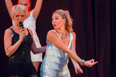 Emmy Westbom på sång och Kajsa Eriksson på dans.