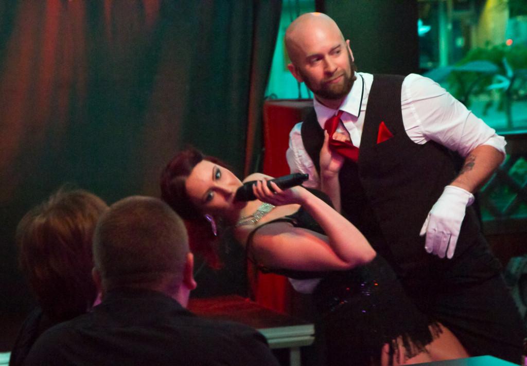 Hanna Isaksson och Claes Danell spexar inför en förtjust publik.