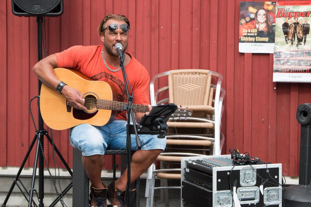 På Elofs Café spelar en trubadur varje sommardag klockan 15.