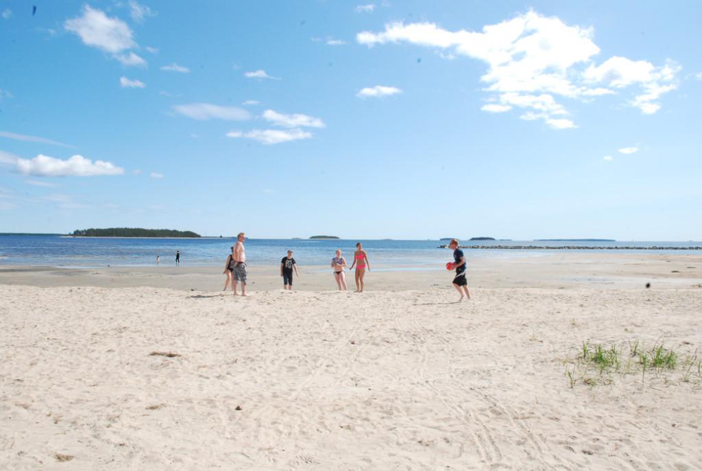 På stranden kan man lata sig, spela strandfotboll och beachvolleyboll.