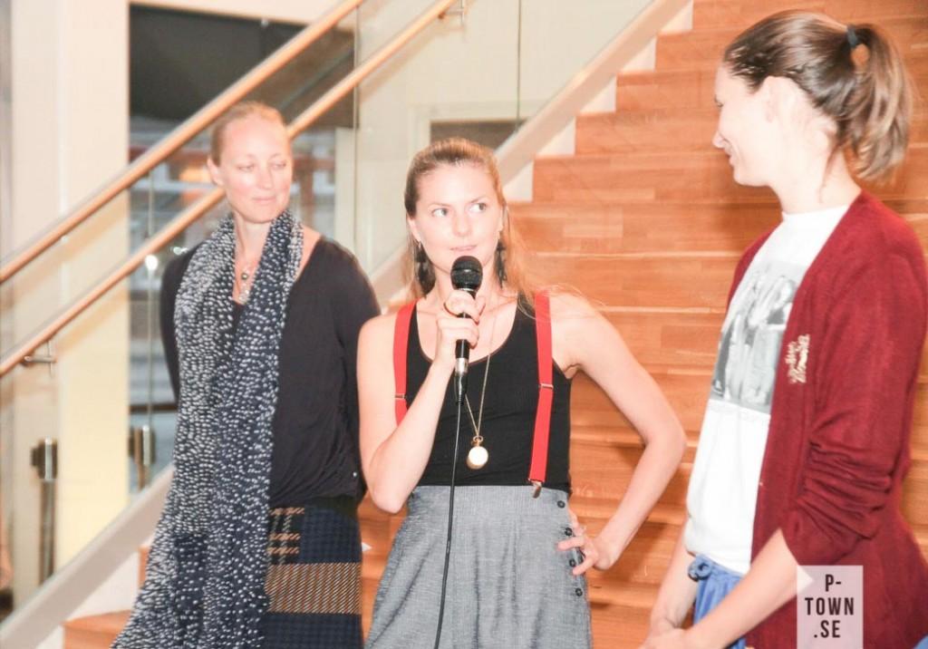 Dans i Nords konstnärliga ledare Marie Larsson Sturdy till vänster lyssnar till föreställningens skapare; Lisa Krosness och Erika Pettersson Pekula.