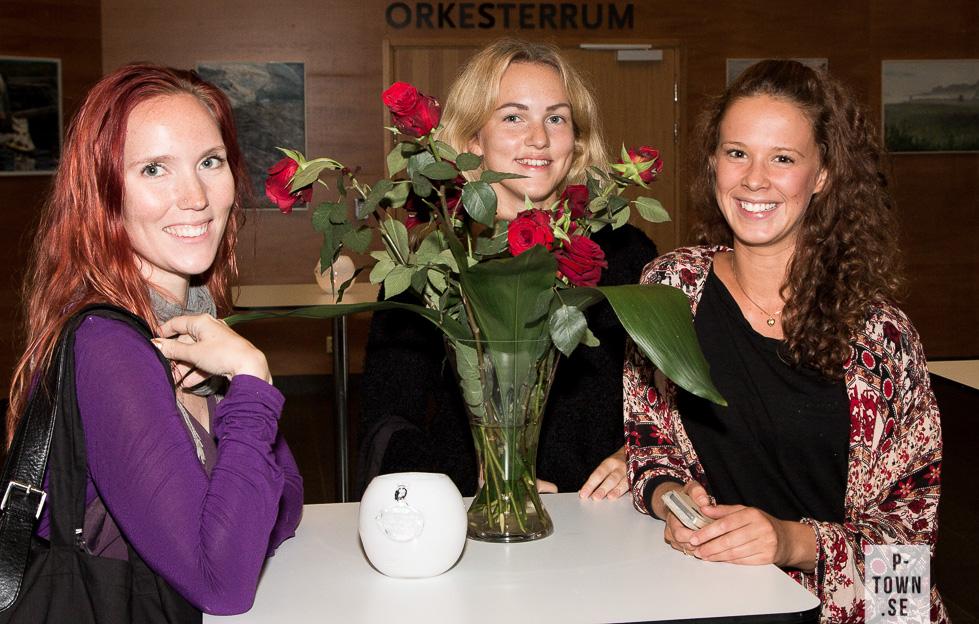 Dansstudenterna Katla Nelander till vänster och Nicole Chind till höger. Bakom blommorna skymtar deras vän vi ännu inte hittat namnet på.