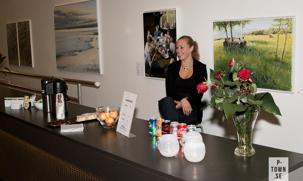 Dansaren och koreografen Jenny Strandberg serverade fika inför föreställningen.