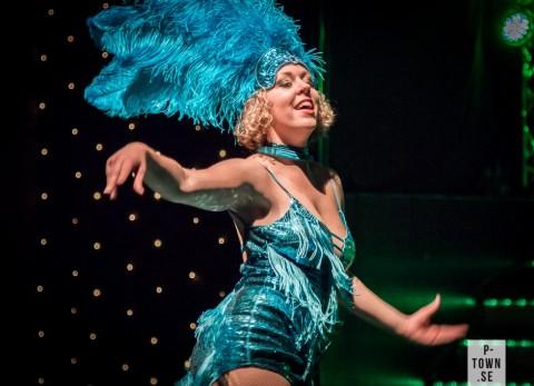 Jenny Strandberg skapar karnevalstämning med sin dans.
