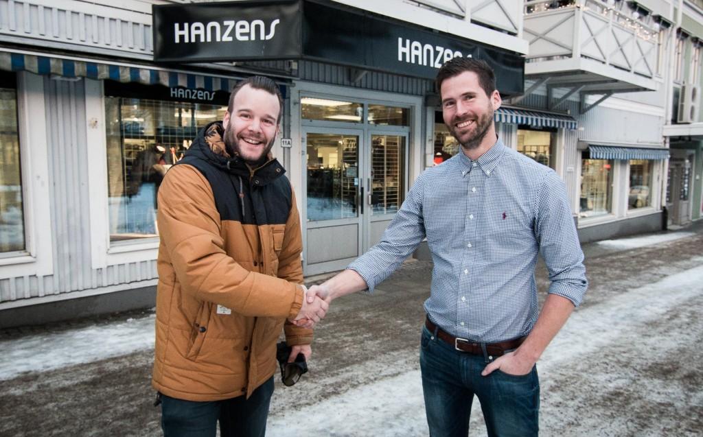 Daniel Nilsson till vänster ersätter Lars Åström som butikschef på Hanzens.