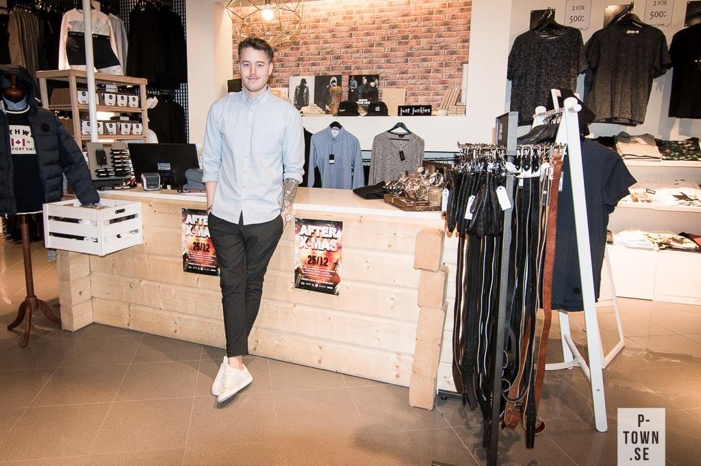 Gustav Fjellström har såklart plagg från Local Store från topp till tå. På hans arma bringa hittar vi en tunn och gossig flannelskjorta. Moderiktiga kostymsbyxor med snitstigt uppvikta byxben och vita sneakers från.....vänta nu..från Sneakers n' Stuff. Vi som trodde Gustav var 100 % Local men ack som vi bedrog oss. Notera även Gustavs försök till Movember-muscha. A for effort!