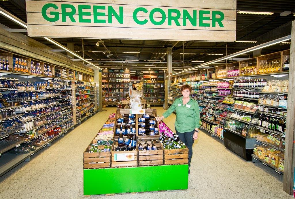 I Green Corner jobbar Helena som hälsar att av alla varor som säljs på Coop så är cirka 10 % ekologiska.