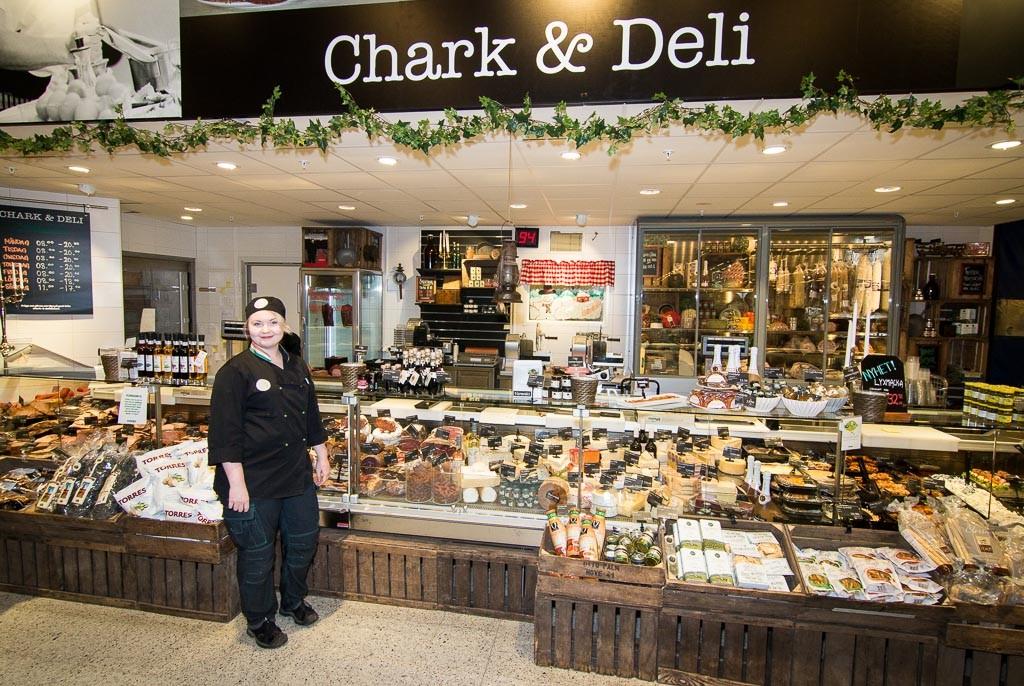 Nina basar över Delikatessen där allt kött som säljs över disk är från norrbottniska gårdar.