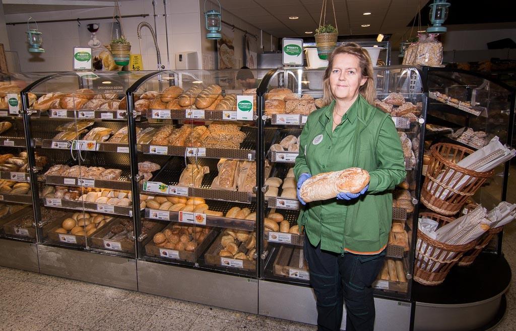 Eva ansvarar för Bageriet där det bakas och säljs ca 10000 bröd av olika sorter varje vecka.