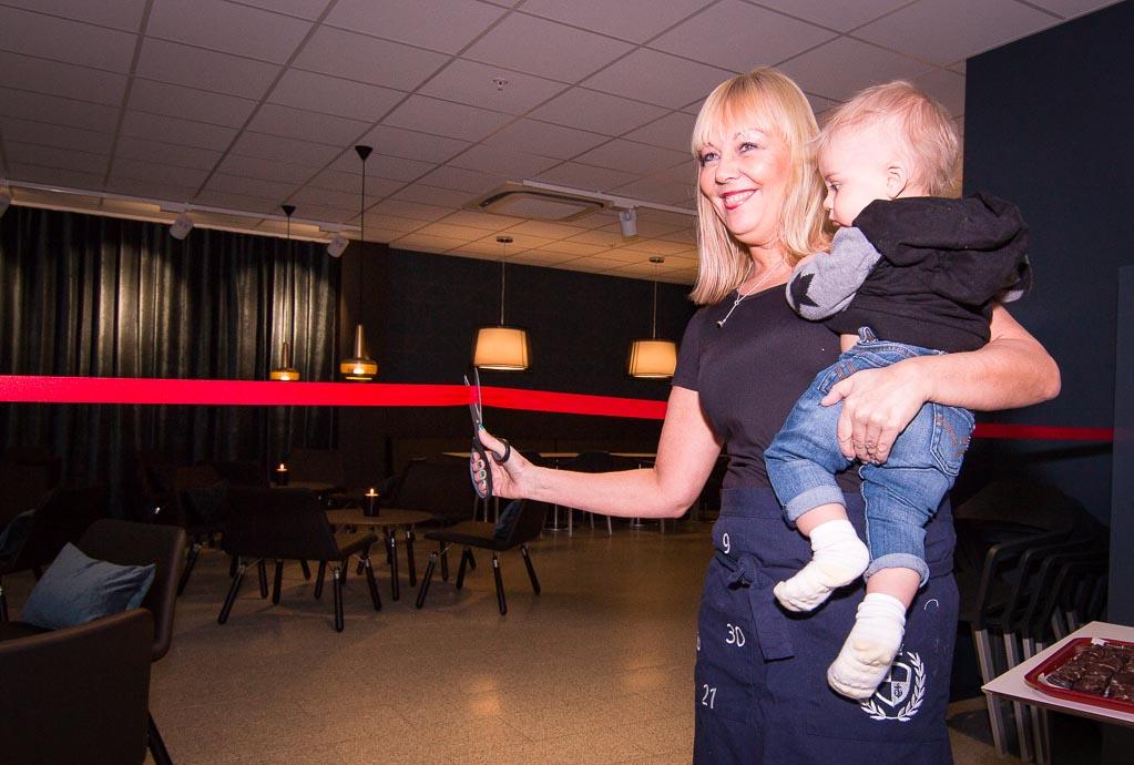 Karina Viktorsson som äger Röda Lyktan tillsammans med tvillingsyrran Ulla gör sig redo att klippa det röda bandet.