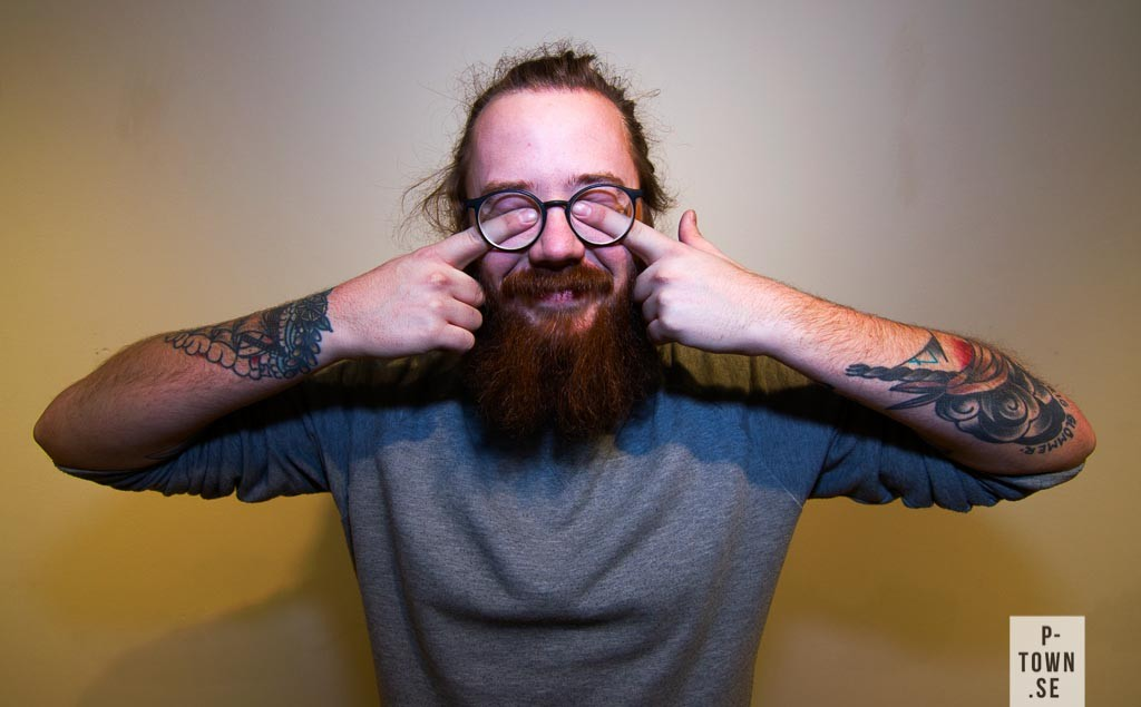 Sist men coolast har vi Mathias Lundberg som arbetar på Kaleido, hans tröja är från Weekday och tatueringarna har han gjort på Stockholm Classic och Ekersgatan 13 i Örebro. Brillorna funkar klockrent till Mathias stil.