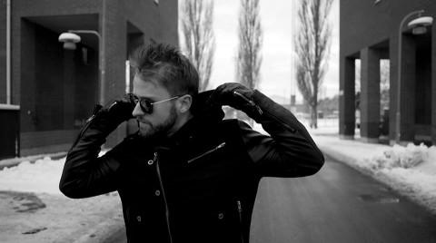 Mick Jäger gästar på låten med en tung vers enligt Gracias.