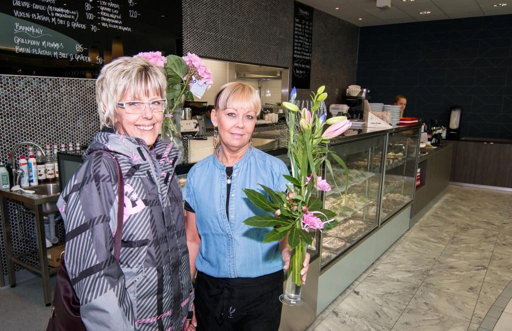Karina Viktorsson till höger är en av ägarna som fick blommor på invigningen. Fint!
