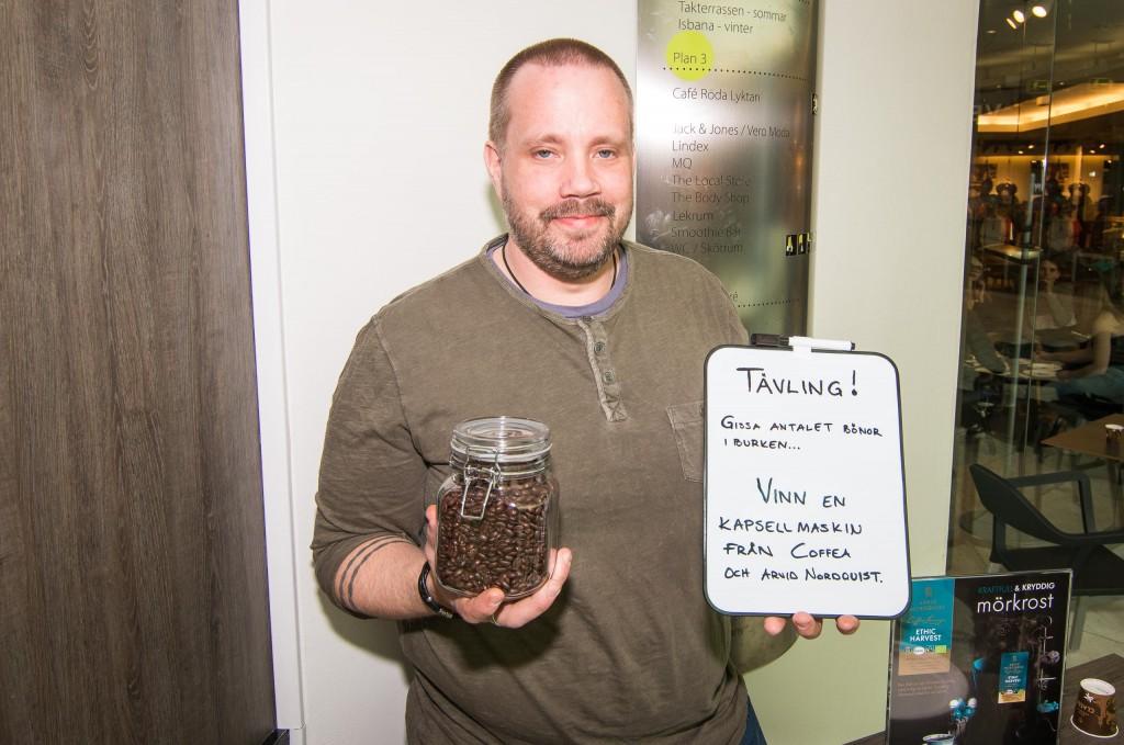 """Andreas Baudin från Coffea styrde upp en """"gissa-antalet-kaffebönor-i-burken-tävling""""."""
