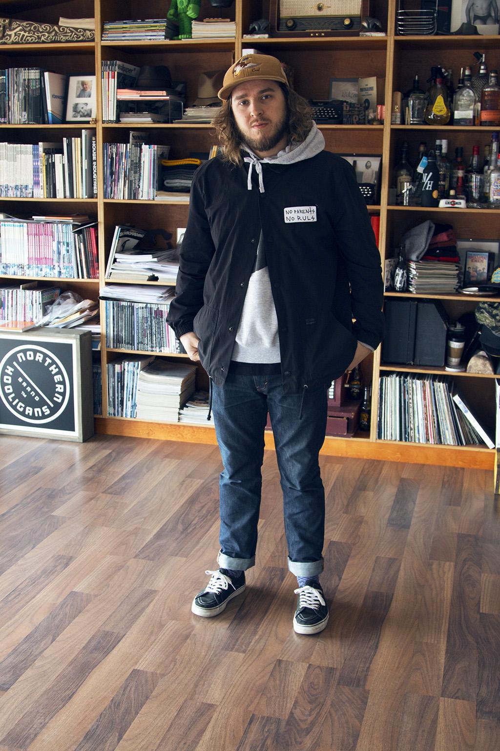 Inom skate-världen är det viktigt att representera sitt intresse genom sin klädstil, Anton Svanborg, chef på Stale är ett praktexempel på detta. Jackan är köpt i NYC och är av märket illest. Den gråa hoodien som lurar under jackan är från Capita.