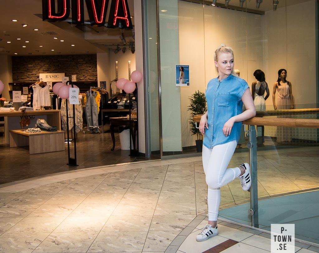Amanda är superfräsch med vita jeans (349.95:-) till sin jeansskjorta (379.95:-), allt från Vila.