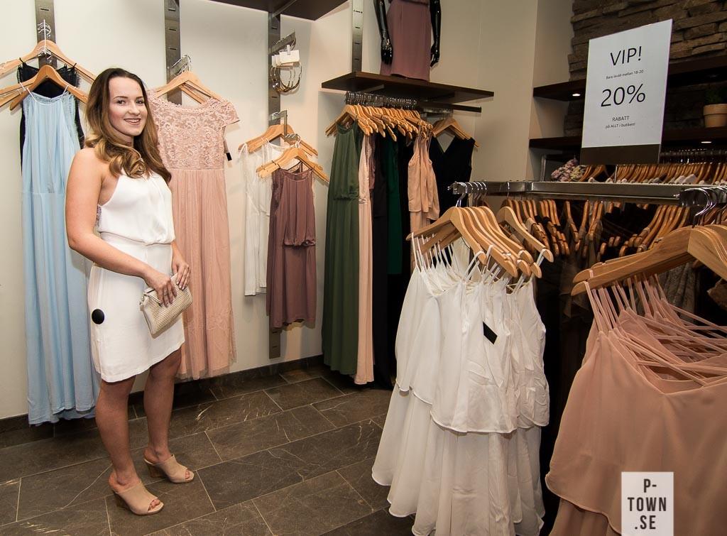 Moa Löwinger fick rycka in som modell. Vit klänning från Samsoe & Samsoe som kostar 999:- och skor från FilippaK som kostar 2300:-