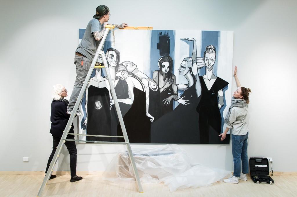 Amanda får hjälp av sin mor och sambo inför utställningen.