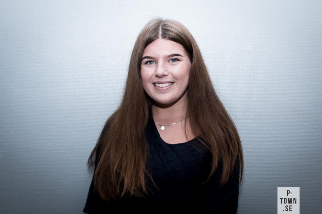 Celina Granberg, 16 år, Djupviken. Linje: Samhällsvetenskapsprogrammet. Framtidsdrömmar: Resa världen runt. Tatuering: Yolo.