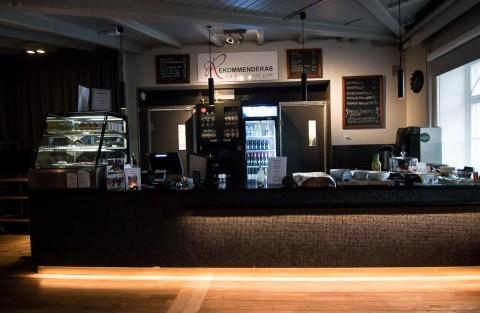 En restaurang med café finns som drivs av en privat aktör.
