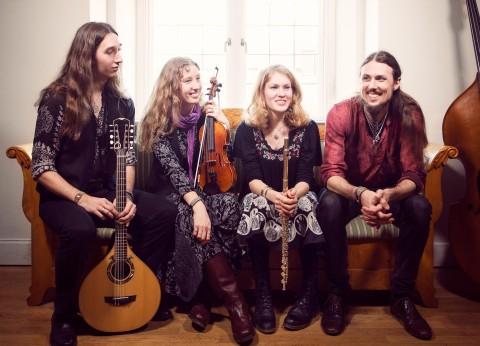 Det svensk-estniska bandet Folk & Rockare spelar på Pitefolk världsmusikfestival.