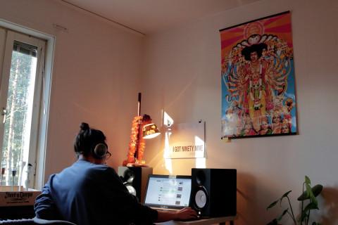 Den kreativa atmosfären är tydlig i Maries och sambon Jespers hem. I hörnet sitter han och pysslar med musik.