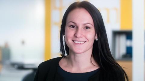 """Frida Risberg blir ny fastighetsmäklare på Svensk Fastighetsförmedling. """"Det känns kul att få jobba på hemmaplan!"""""""