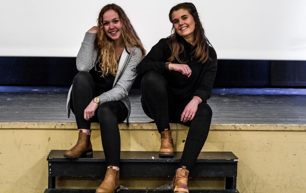 Elin Lyckander och Elsa Dahlbäck drar ut på turné tillsammans med sin klass. Som huvudinstrument har de sång respektive bas.