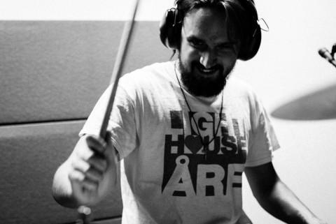 Lukas Hellgren på trummor.