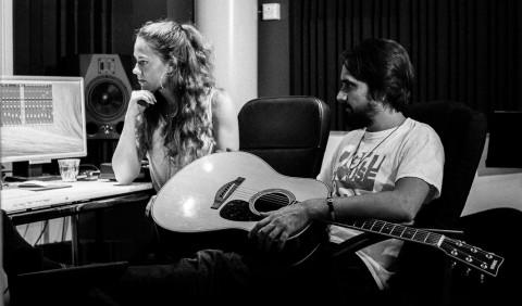 Evelina och Lukas i studion.
